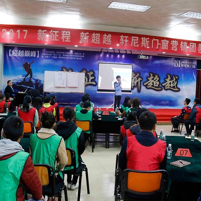 提要︰為了促(chun)使營銷(xiao)團隊成員迅速地進入工作戰斗狀態,2月13日(ri),開展由培訓部負責策劃執行xie)模  qi)兩天一夜的封閉式(shi)拓展培訓。